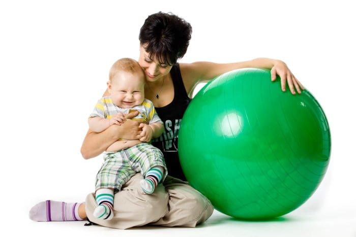гимнастика на фитболе с мамой