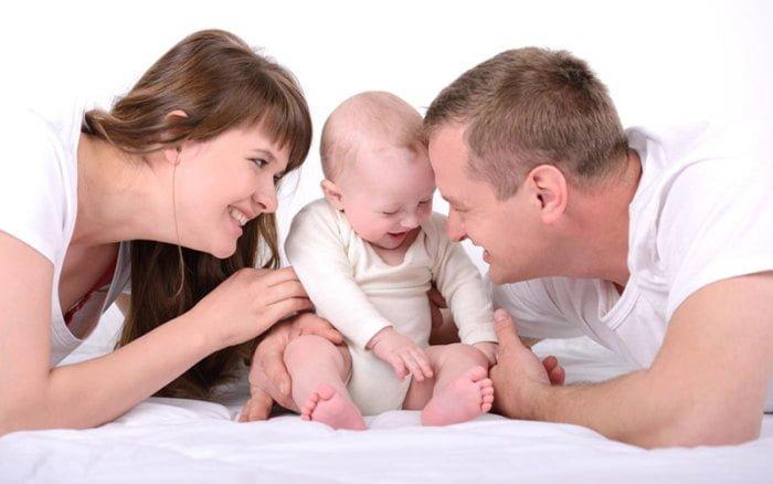 родители разговаривают с ребенком