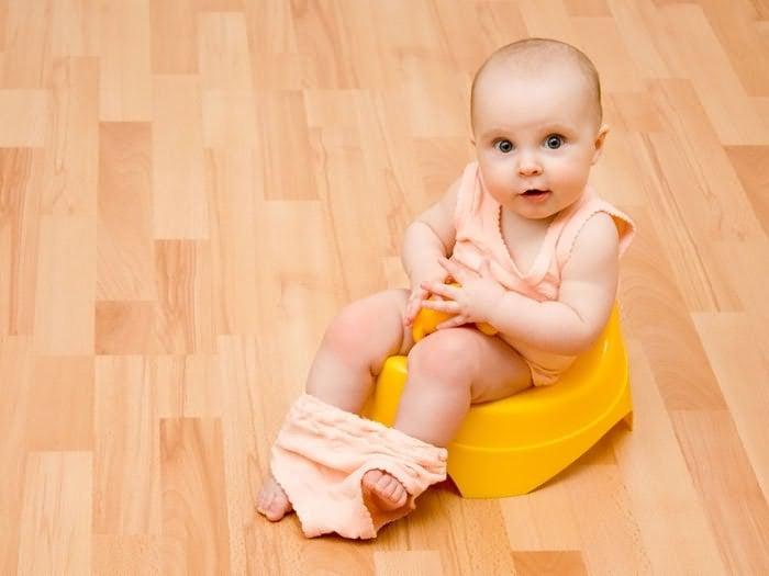 желтый стул у грудничка