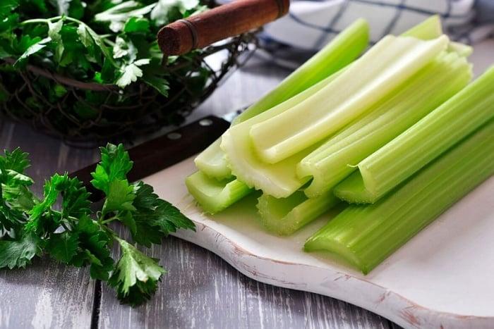 салат с сельдереем и черносливом