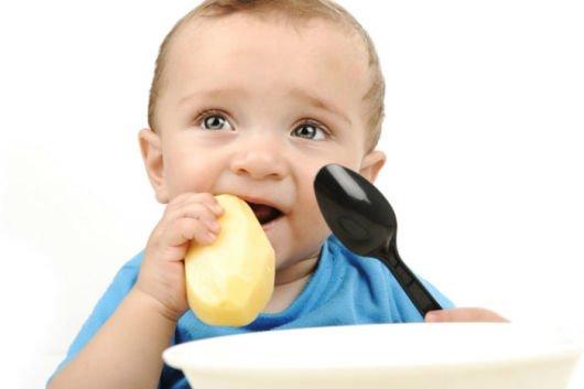 ребенок жует еду