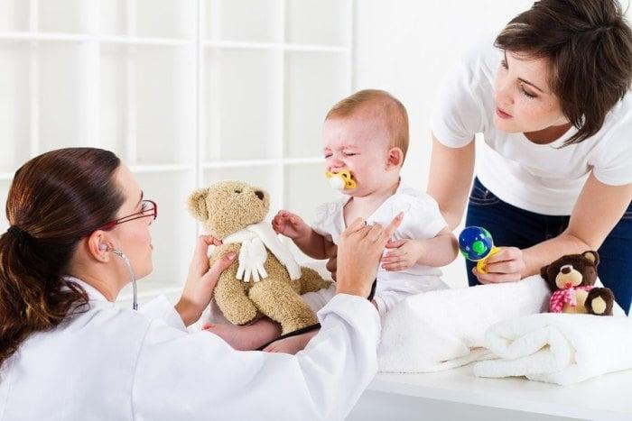 мама с малышом на приеме у невролога