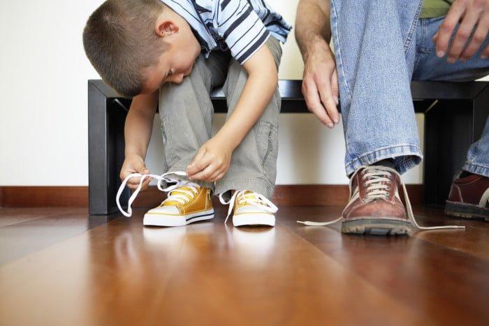 ребенок развязывает шнурки
