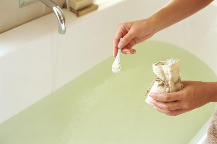 ванна с добавлением трав для грудничка