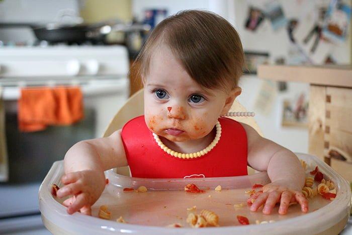 ребенок измазался едой