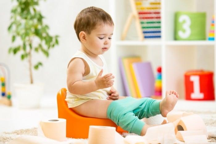 ребенок сам сидит на горшке