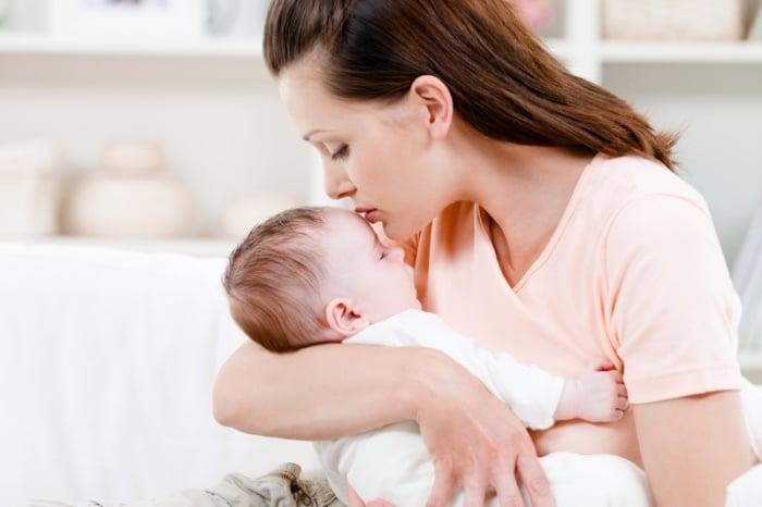 мама укачивает малыша перед сном
