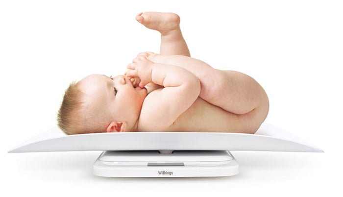 взвешивание младенца