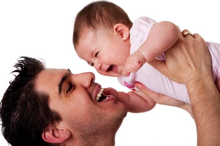 малыш улыбается папе