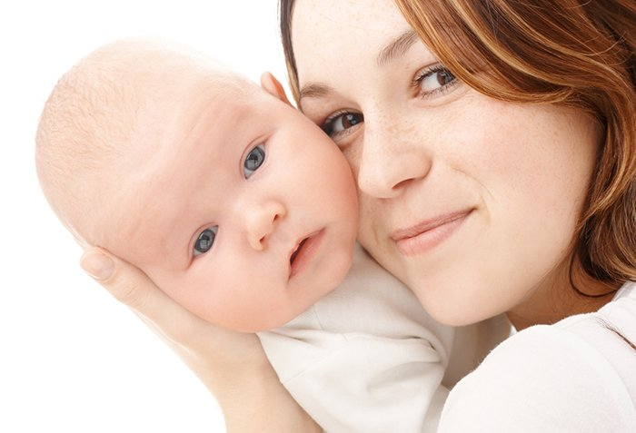 мама проверяет температуру тела малыша