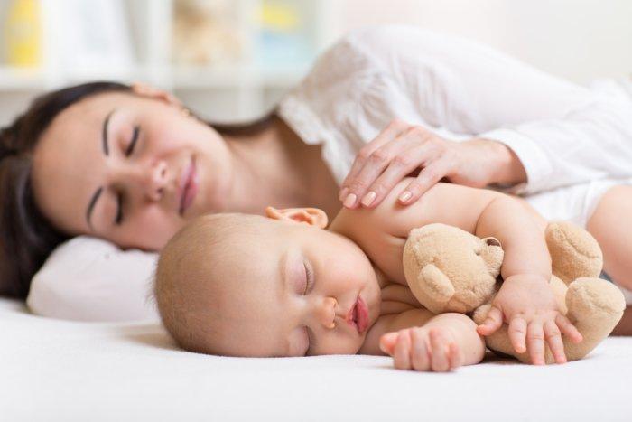 малыш спит с мамой