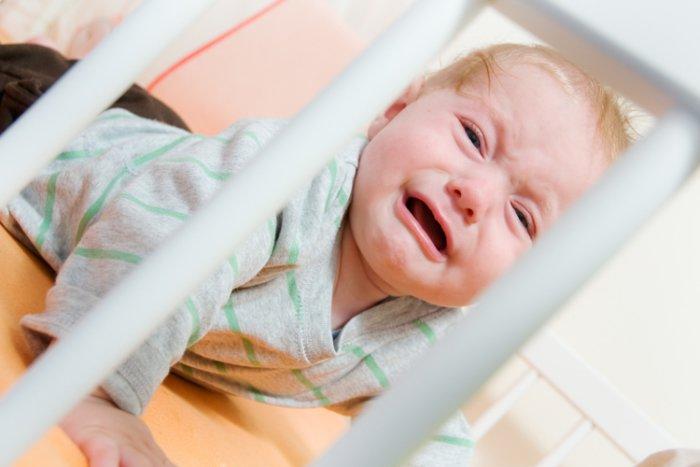 малыш не хочет спать в своей кроватке и капризничает