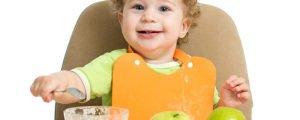 малыш ест яблочное пюре