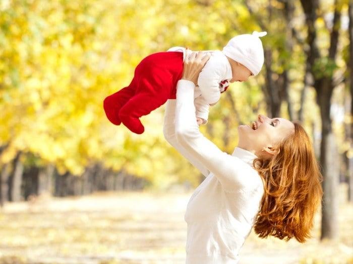 мама с малышом гуляют по осеннему лесу