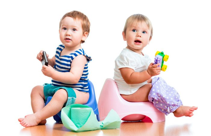 малыши сидят на горшках