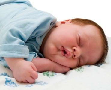 малыш спит в своей кроватке