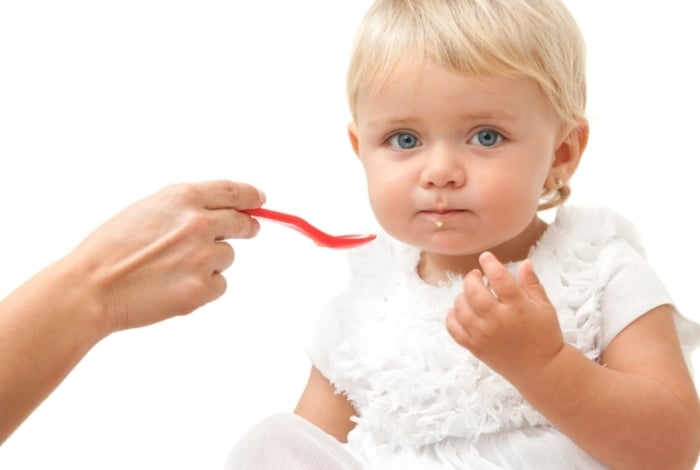 мама кормит малыша кефирным прикормом
