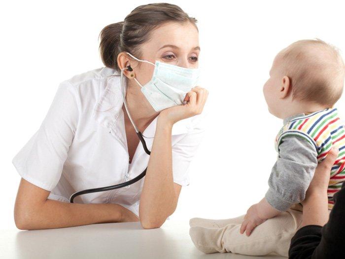 малыш на приеме у врача - педиатра