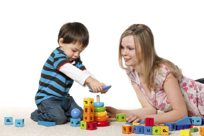 мама с ребенком играют