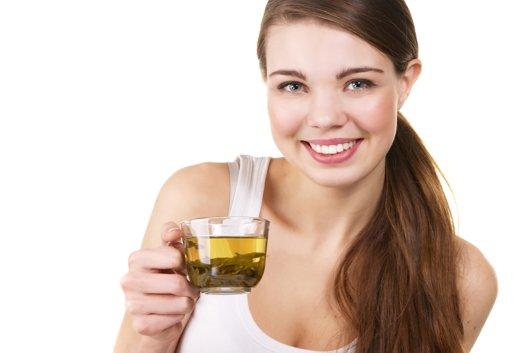 девушка пьет травяной чай для завершения лактации