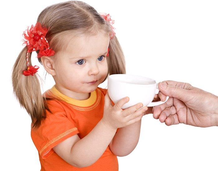 девочка держит кружку с какао