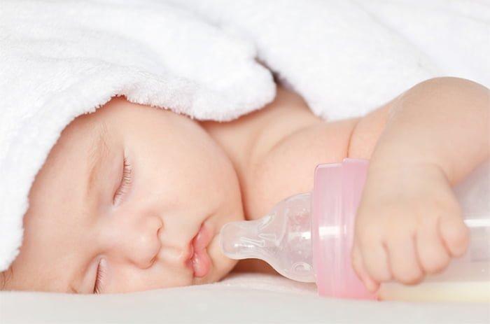малыш спит с бутылочкой