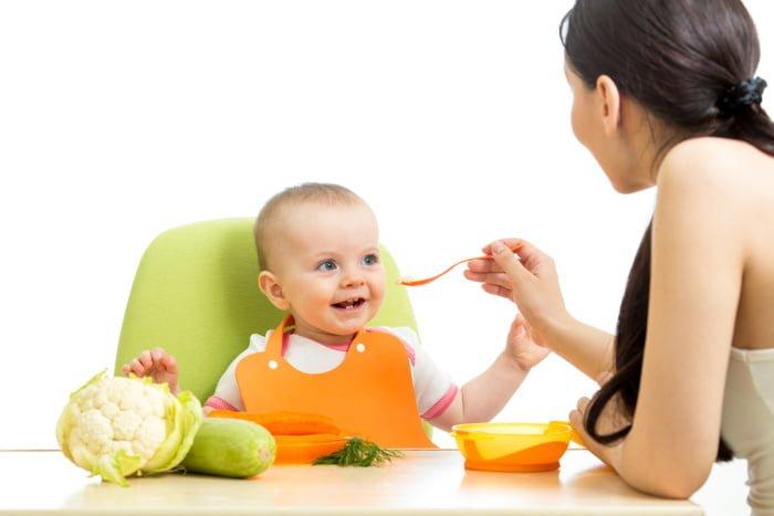 мама кормит малыша прикормом