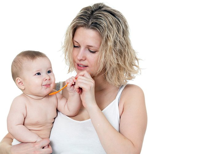 мама кормит малыша отрубями