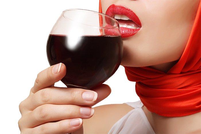 девушка с бокалом вина