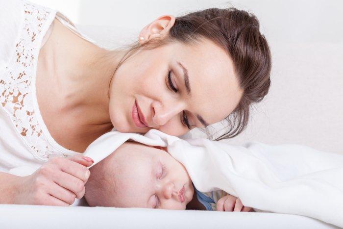 мама укладывает грудничка спать