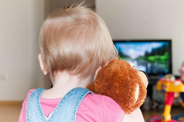 малыш смотрит мультик