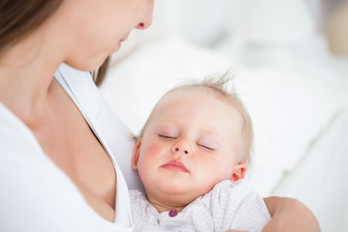 грудничок спит на руках