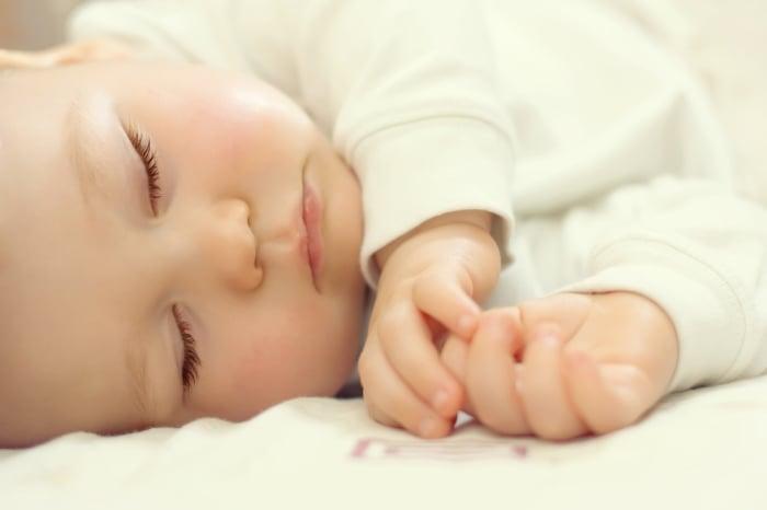 малыш спит на боку