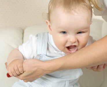малыш кусает маму