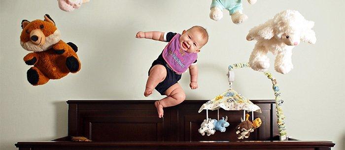 ребенок прыгает на кровати