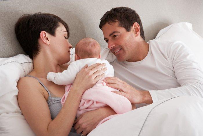 родители разговаривают с грудничком