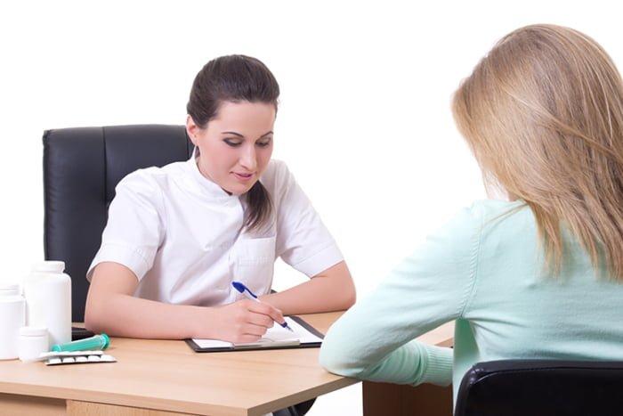 девушка на приеме у врача-терапевта