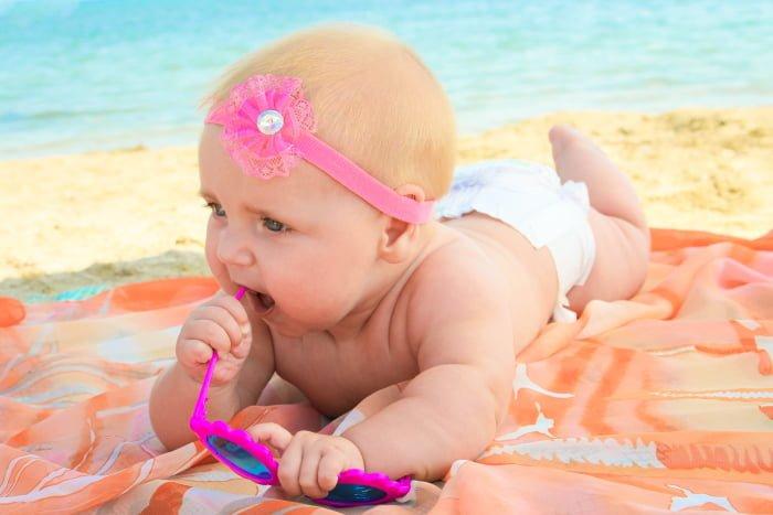 малыш загорает на пляже