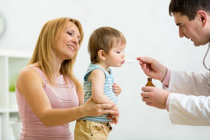врач дает лекарство малышу