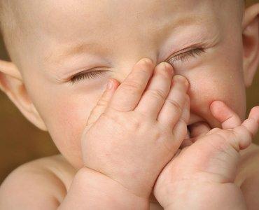 кислый запах кала у новорожденного