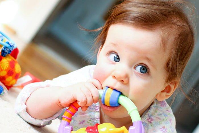 прорезывание зубов у грудничка