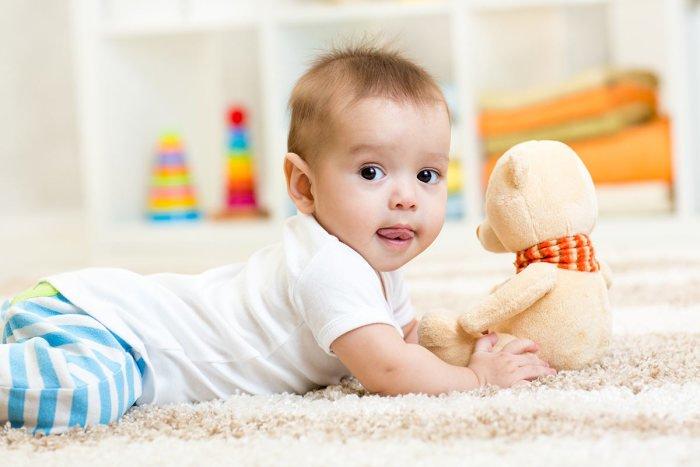 малыш ползет за игрушкой