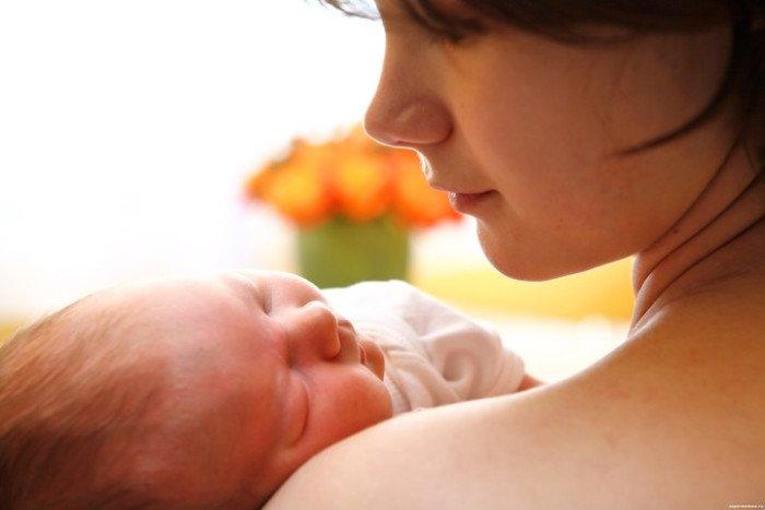 малыш спит на руках у мамы