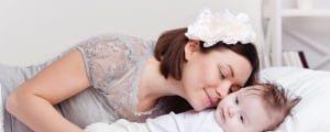 мама будит малыша