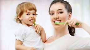 малыша учат чистить зубы