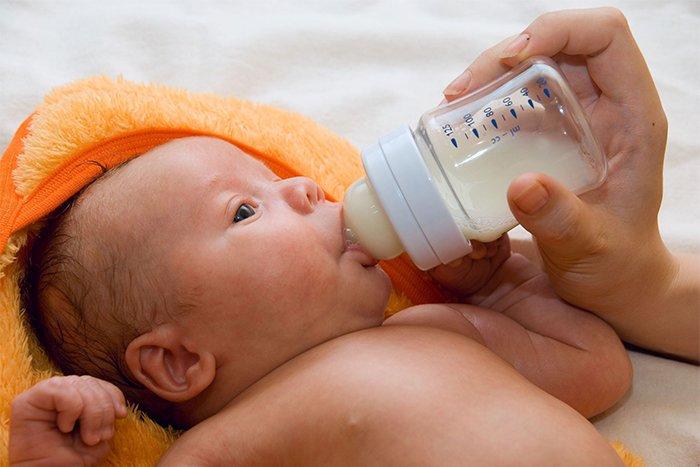 молочная смесь в бутылочке