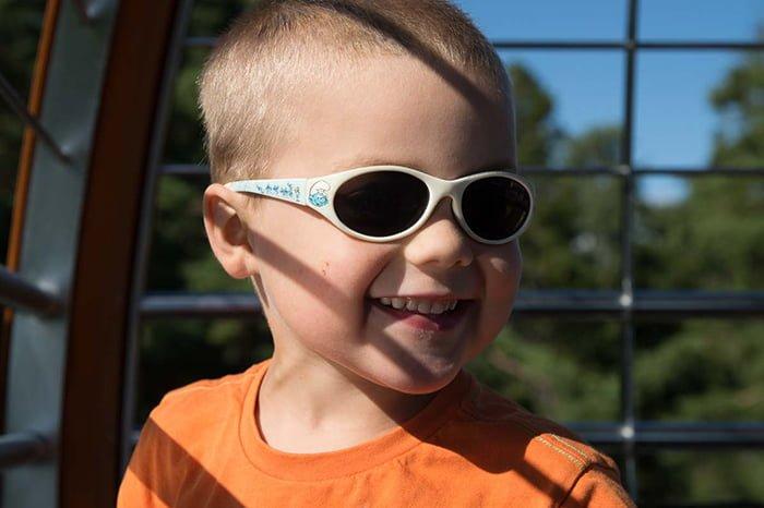 ребенок в солнцезащитных очках
