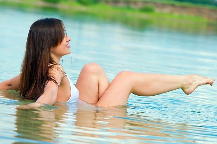 девушка купается в реке
