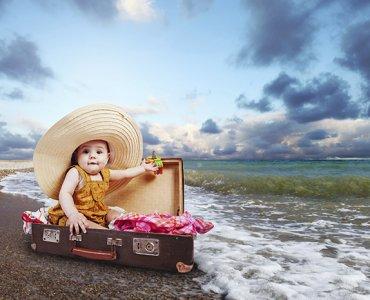 ребенок в чемодане на море