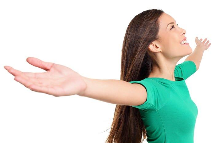 девушка тянет руки в стороны